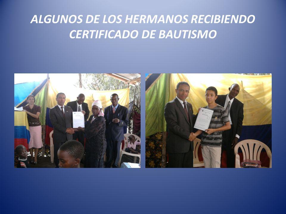ALGUNOS DE LOS HERMANOS RECIBIENDO CERTIFICADO DE BAUTISMO