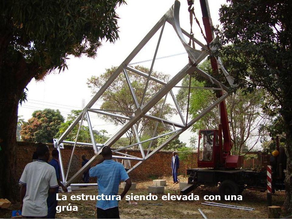 La estructura siendo elevada con una grúa