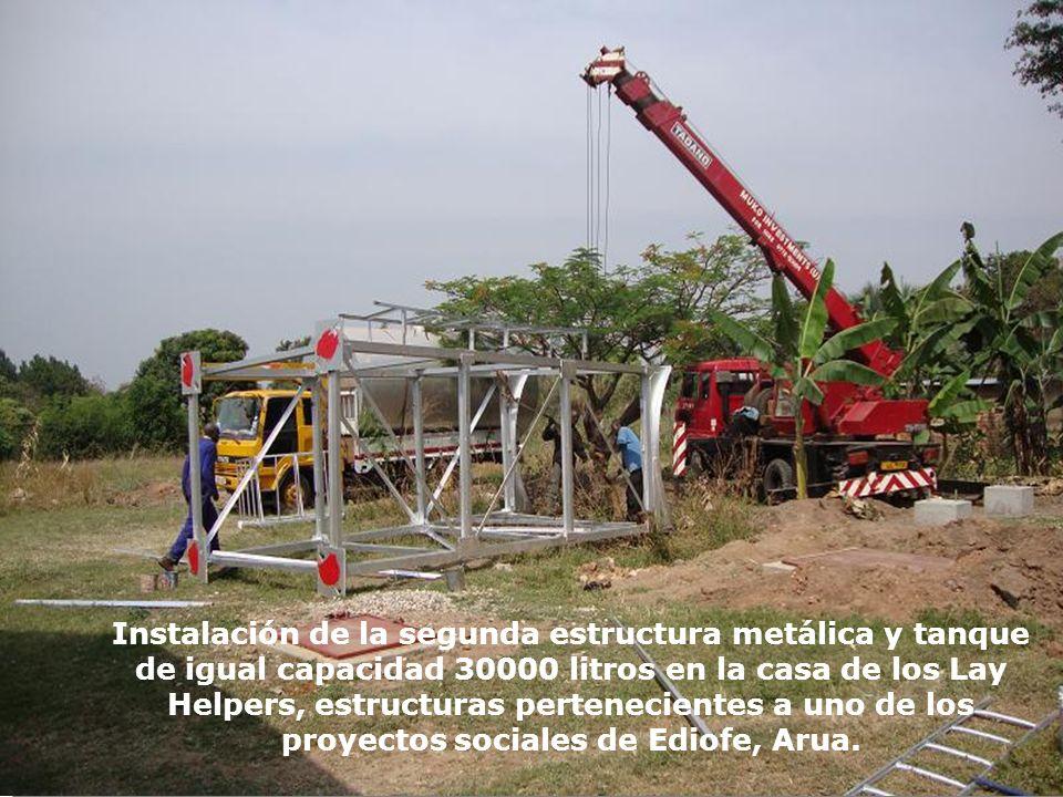 Instalación de la segunda estructura metálica y tanque de igual capacidad 30000 litros en la casa de los Lay Helpers, estructuras pertenecientes a uno de los proyectos sociales de Ediofe, Arua.