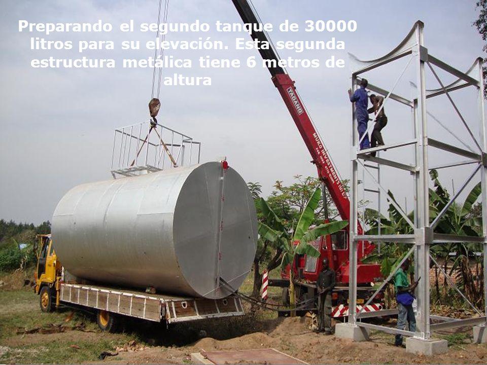Preparando el segundo tanque de 30000 litros para su elevación