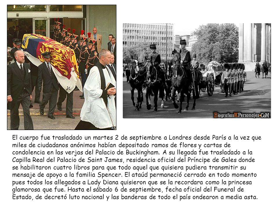 El cuerpo fue trasladado un martes 2 de septiembre a Londres desde París a la vez que miles de ciudadanos anónimos habían depositado ramos de flores y cartas de condolencia en las verjas del Palacio de Buckingham.