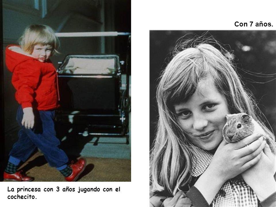 Con 7 años. La princesa con 3 años jugando con el cochecito.