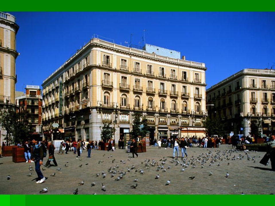 Es una plaza famosa de Madrid que se llama la puerta del sol.
