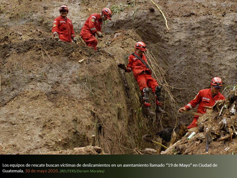 Los equipos de rescate buscan víctimas de deslizamientos en un asentamiento llamado 19 de Mayo en Ciudad de Guatemala.