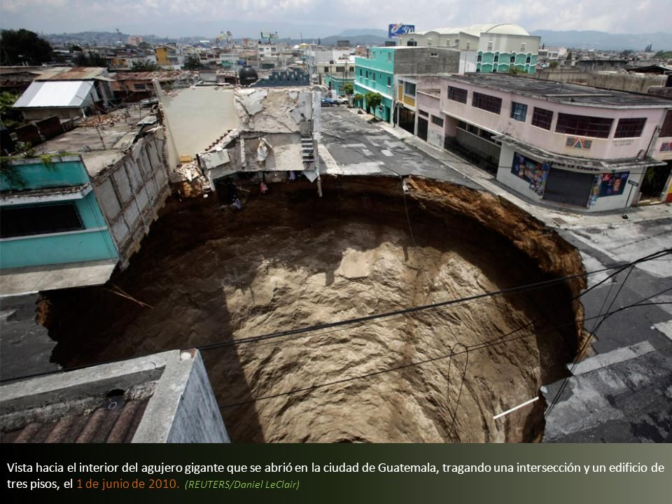 Vista hacia el interior del agujero gigante que se abrió en la ciudad de Guatemala, tragando una intersección y un edificio de tres pisos, el 1 de junio de 2010.