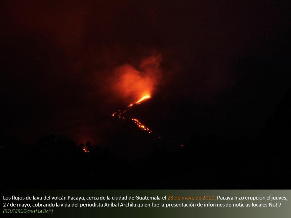 Los flujos de lava del volcán Pacaya, cerca de la ciudad de Guatemala el 28 de mayo de 2010. Pacaya hizo erupción el jueves, 27 de mayo, cobrando la vida del periodista Aníbal Archila quien fue la presentación de informes de noticias locales Noti7