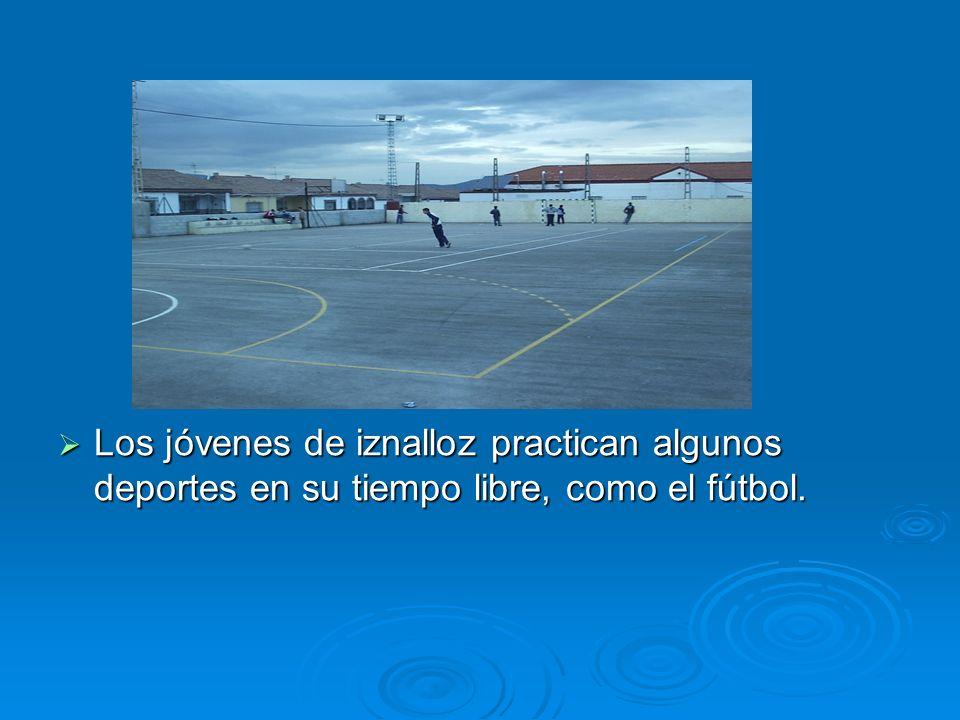 Los jóvenes de iznalloz practican algunos deportes en su tiempo libre, como el fútbol.