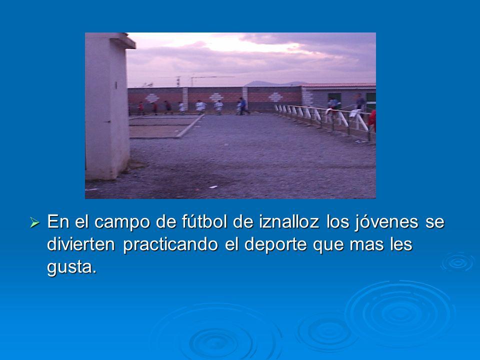 En el campo de fútbol de iznalloz los jóvenes se divierten practicando el deporte que mas les gusta.
