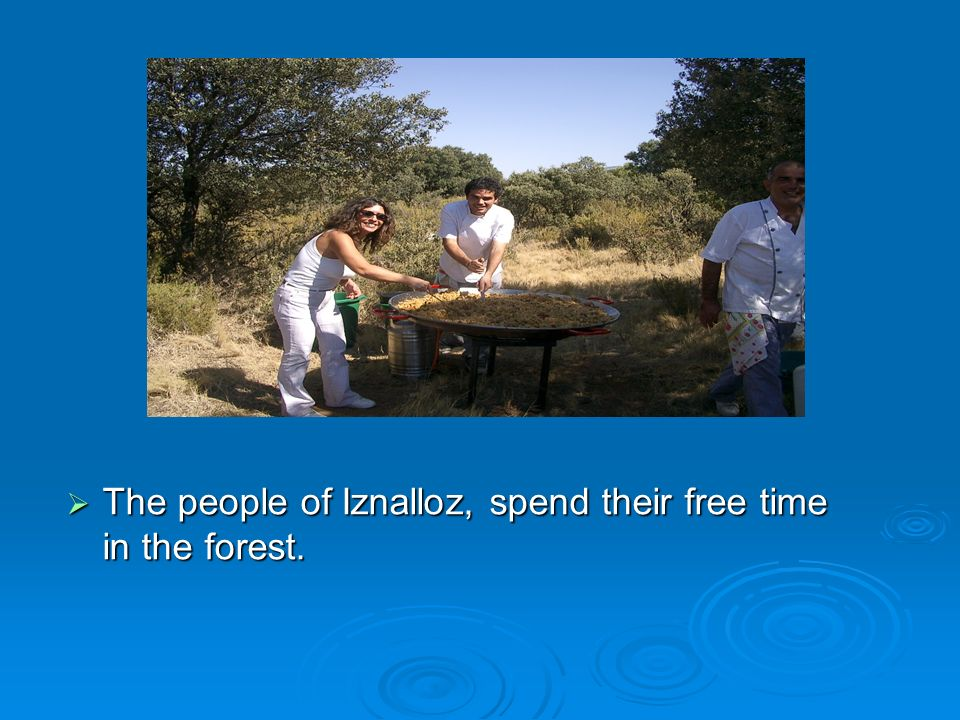 The people of Iznalloz, spend their free time in the forest.