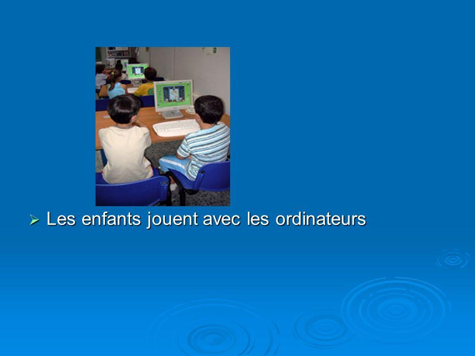 Les enfants jouent avec les ordinateurs