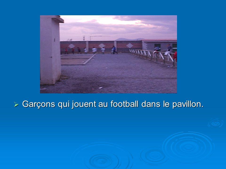 Garçons qui jouent au football dans le pavillon.
