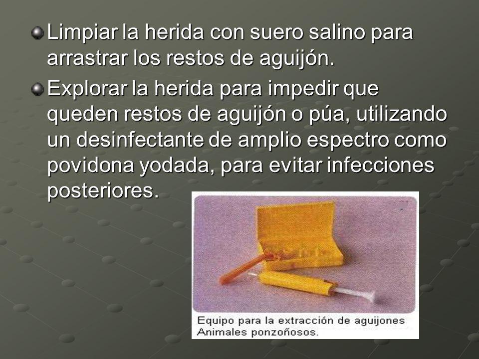 Limpiar la herida con suero salino para arrastrar los restos de aguijón.