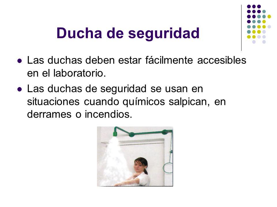 Ducha de seguridad Las duchas deben estar fácilmente accesibles en el laboratorio.
