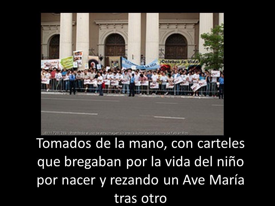 Tomados de la mano, con carteles que bregaban por la vida del niño por nacer y rezando un Ave María tras otro