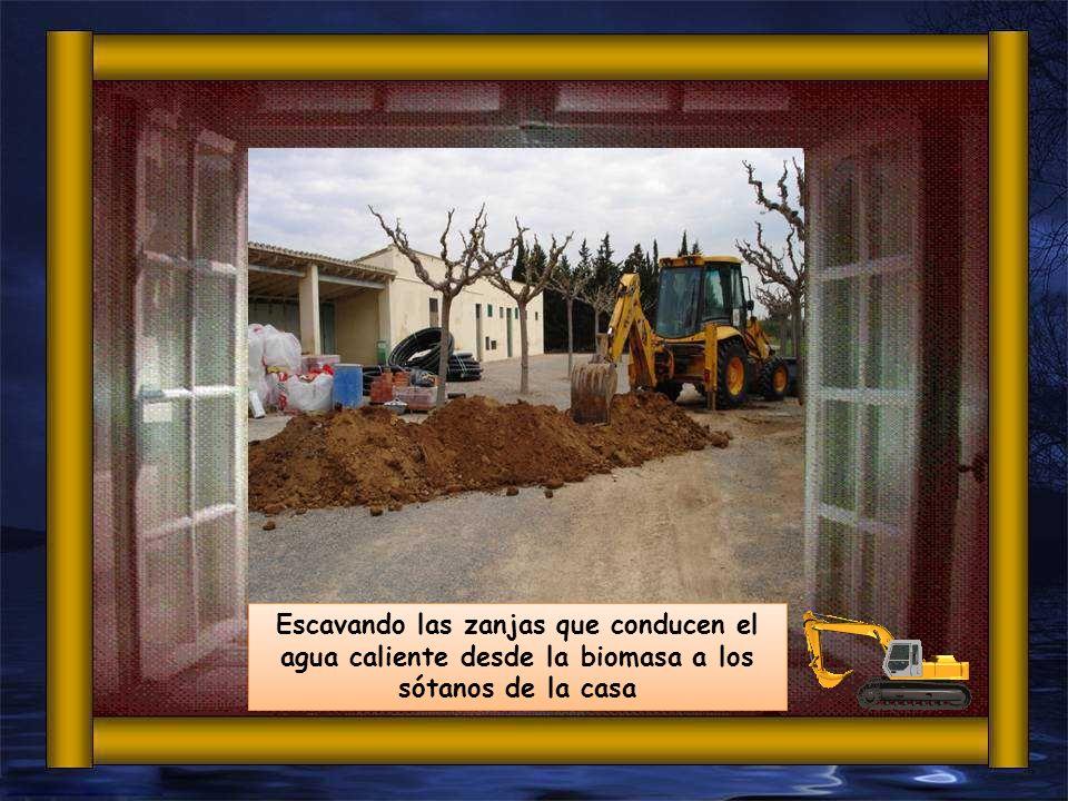Escavando las zanjas que conducen el agua caliente desde la biomasa a los sótanos de la casa