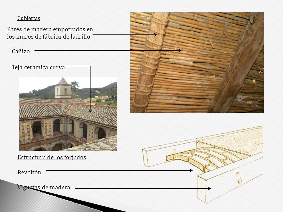 Pares de madera empotrados en los muros de fábrica de ladrillo