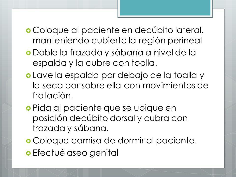 Coloque al paciente en decúbito lateral, manteniendo cubierta la región perineal