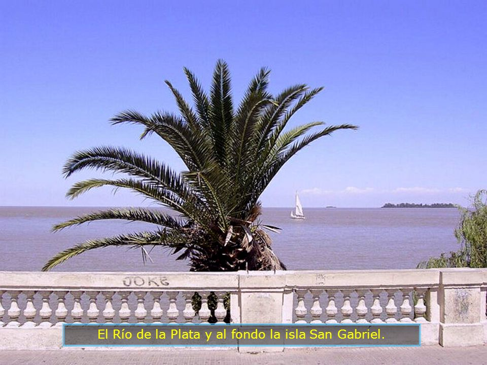 El Río de la Plata y al fondo la isla San Gabriel.