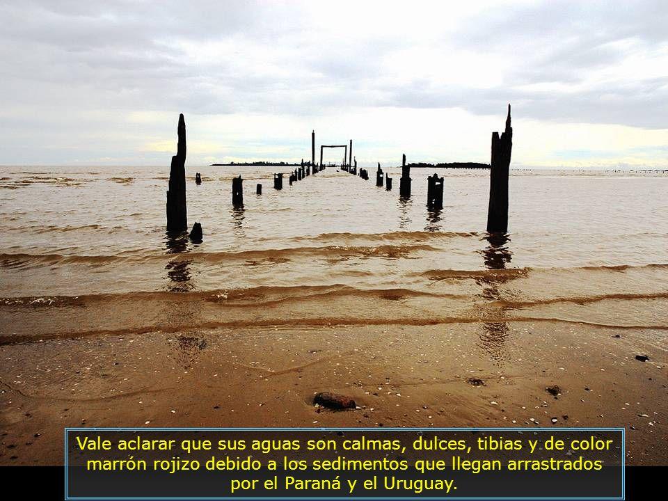 Vale aclarar que sus aguas son calmas, dulces, tibias y de color marrón rojizo debido a los sedimentos que llegan arrastrados por el Paraná y el Uruguay.