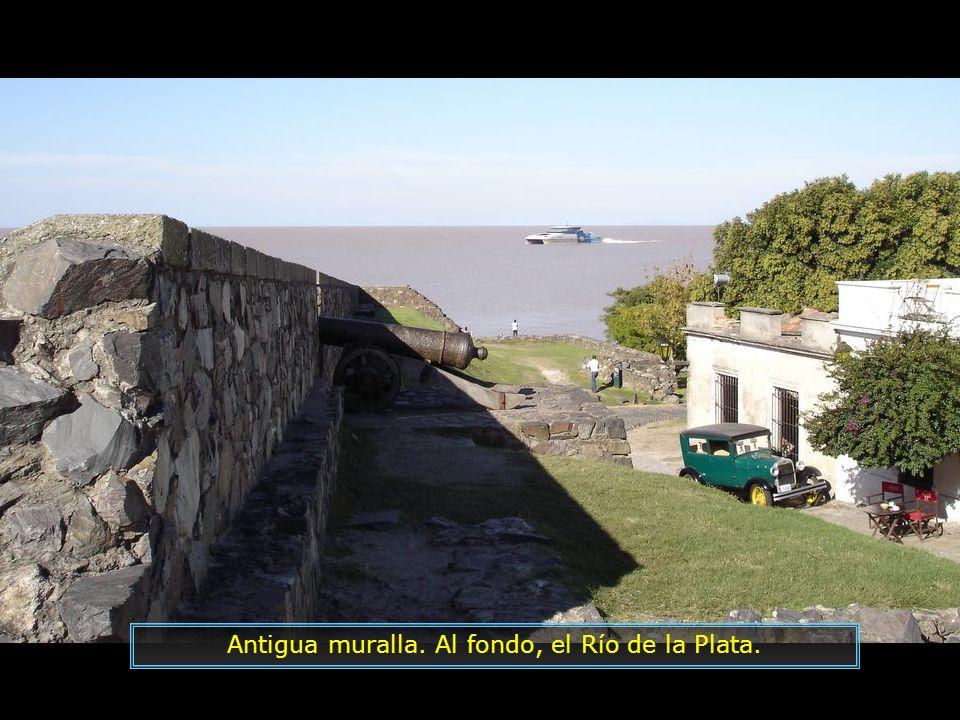 Antigua muralla. Al fondo, el Río de la Plata.