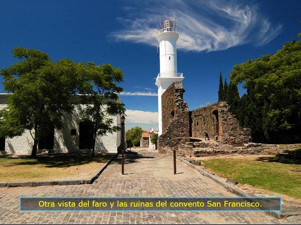 Otra vista del faro y las ruinas del convento San Francisco.