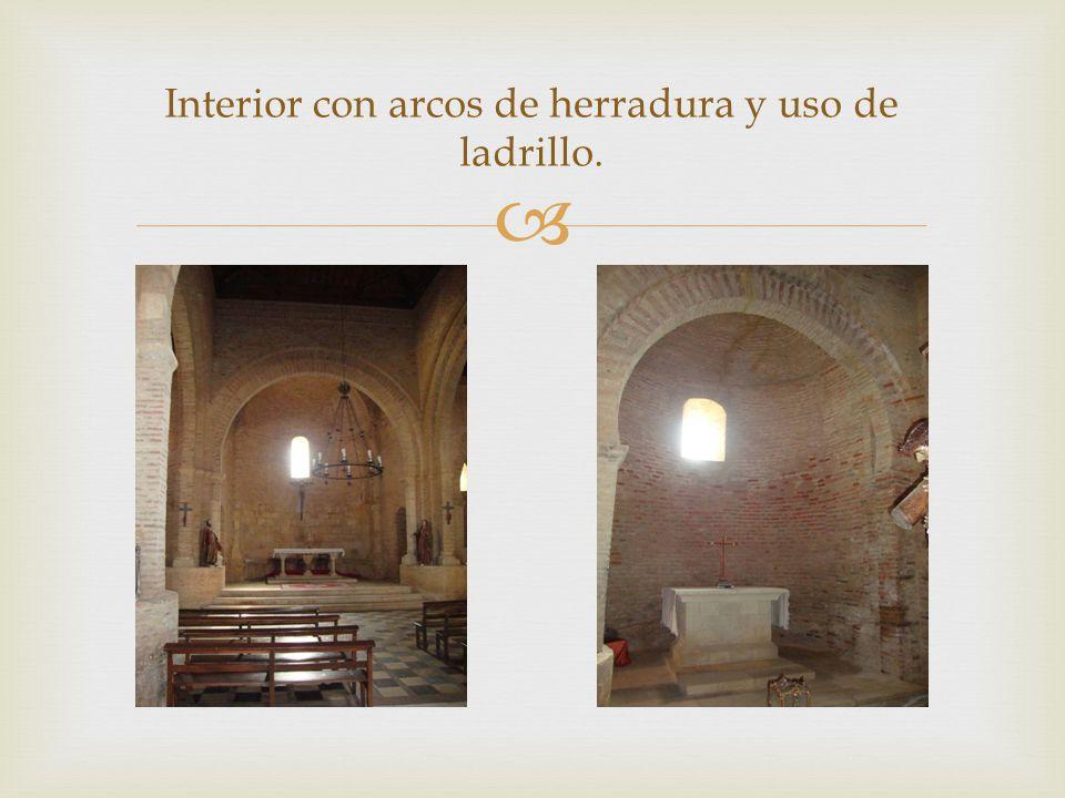 Interior con arcos de herradura y uso de ladrillo.