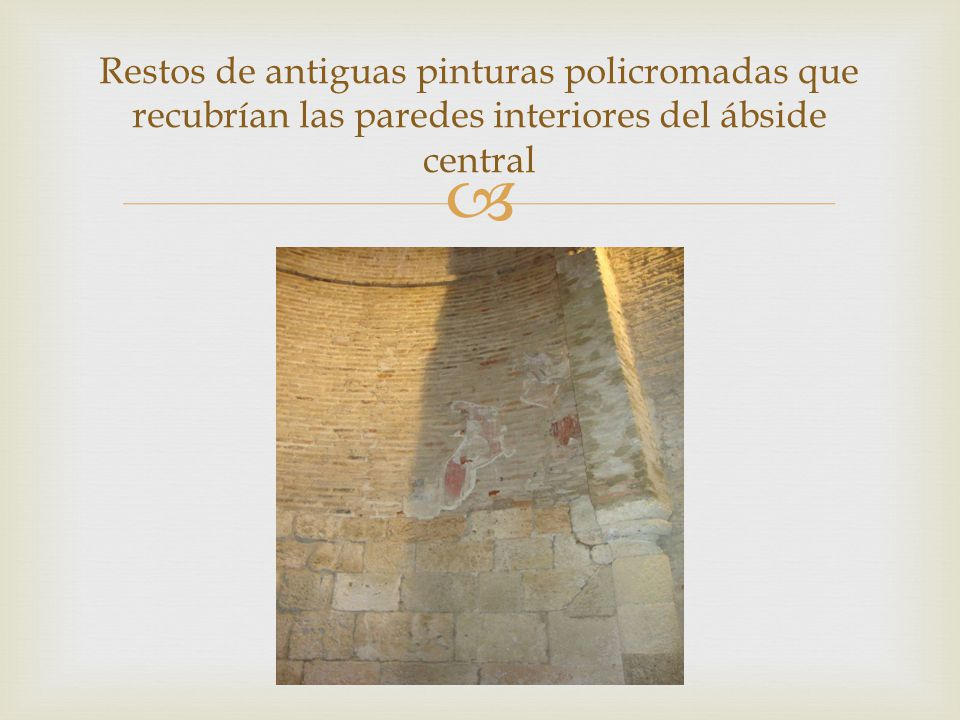 Restos de antiguas pinturas policromadas que recubrían las paredes interiores del ábside central