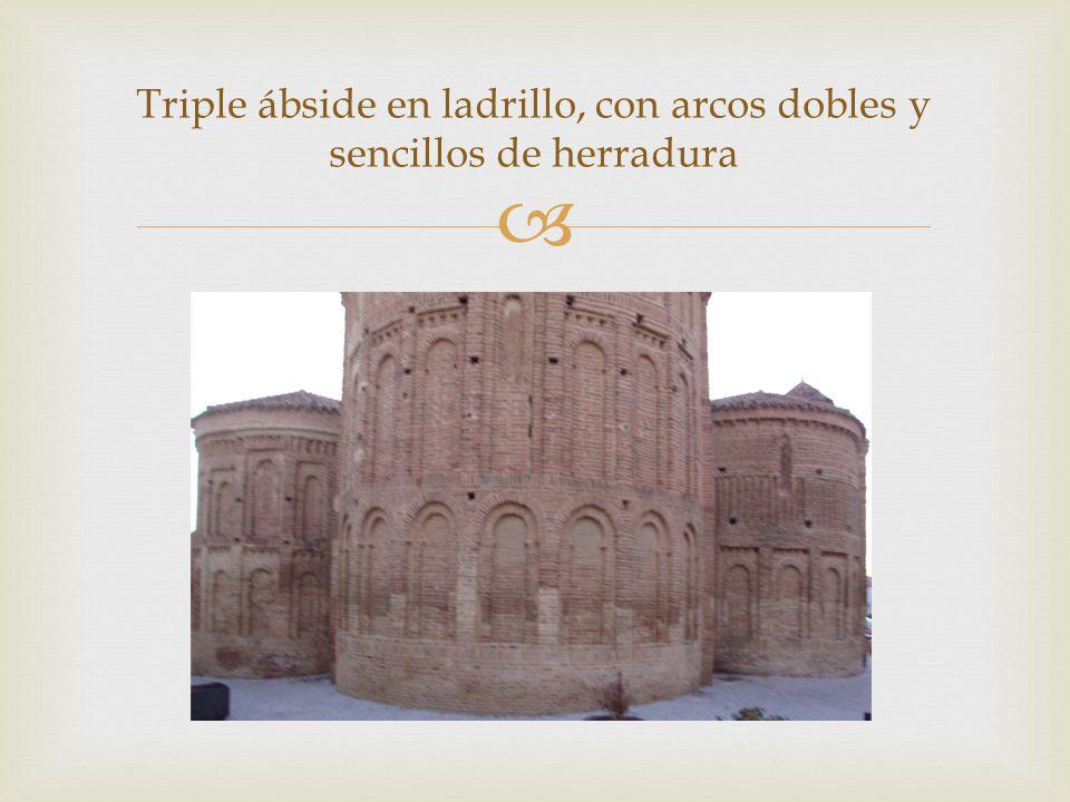 Triple ábside en ladrillo, con arcos dobles y sencillos de herradura