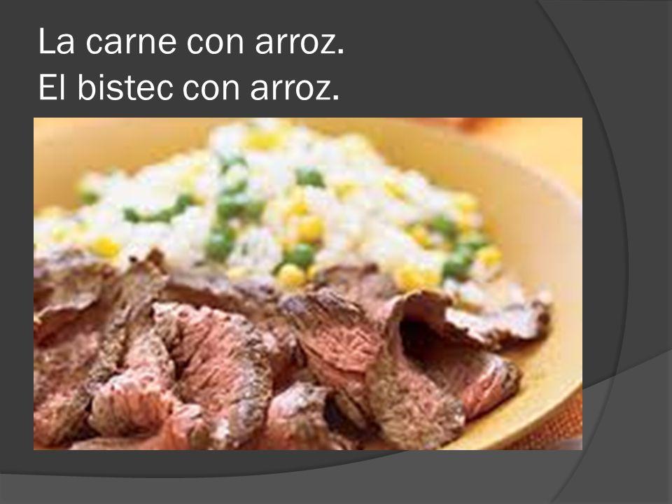 La carne con arroz. El bistec con arroz.