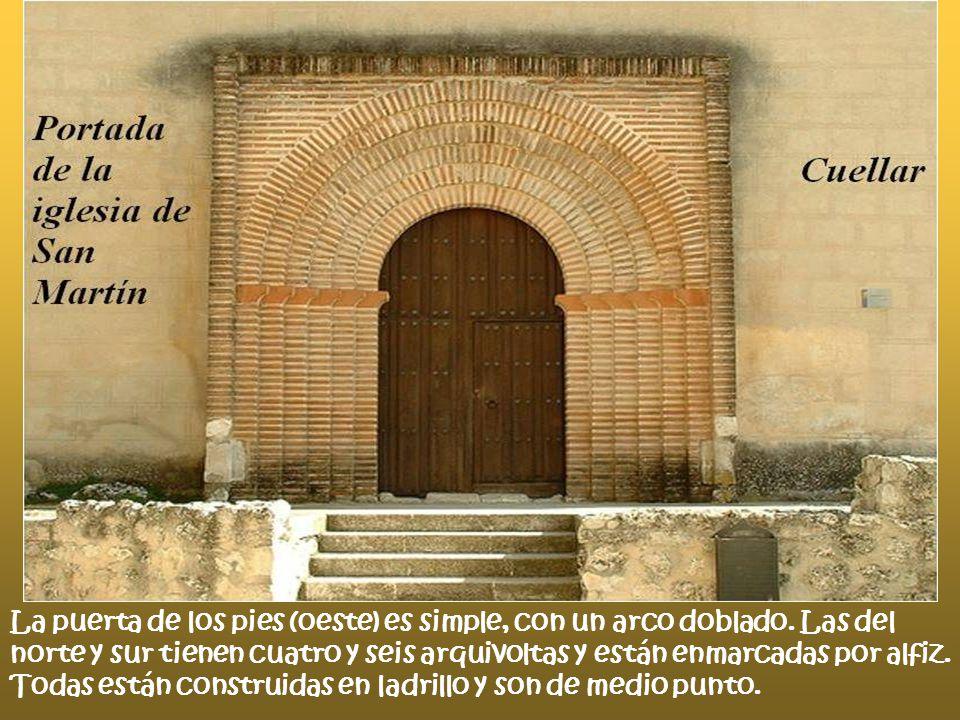 La puerta de los pies (oeste) es simple, con un arco doblado