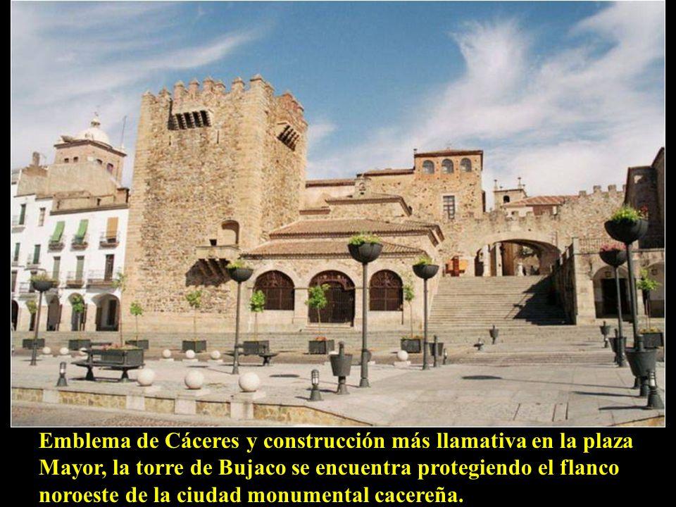 Emblema de Cáceres y construcción más llamativa en la plaza Mayor, la torre de Bujaco se encuentra protegiendo el flanco noroeste de la ciudad monumental cacereña.