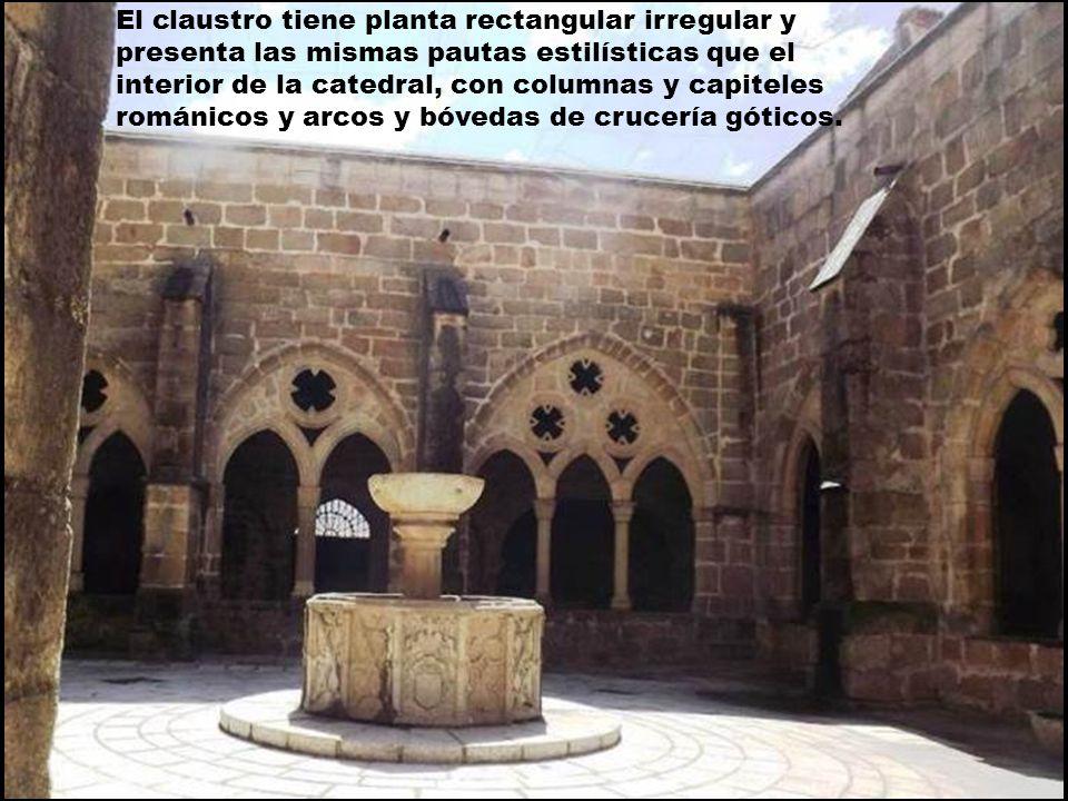 El claustro tiene planta rectangular irregular y presenta las mismas pautas estilísticas que el interior de la catedral, con columnas y capiteles románicos y arcos y bóvedas de crucería góticos.
