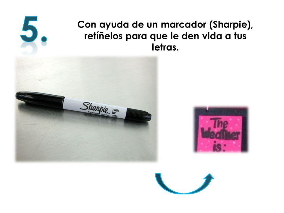 5. Con ayuda de un marcador (Sharpie), retíñelos para que le den vida a tus letras.
