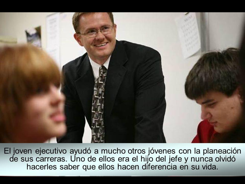 El joven ejecutivo ayudó a mucho otros jóvenes con la planeación de sus carreras.