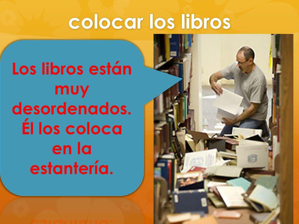 Los libros están muy desordenados. Él los coloca en la estantería.