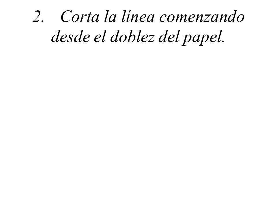 2. Corta la línea comenzando desde el doblez del papel.