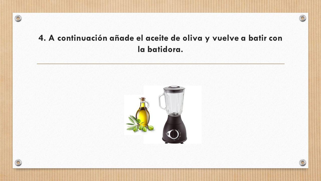 4. A continuación añade el aceite de oliva y vuelve a batir con la batidora.