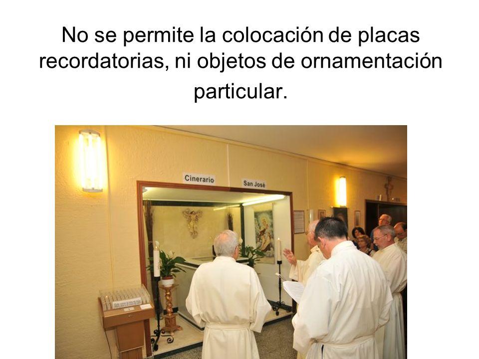 No se permite la colocación de placas recordatorias, ni objetos de ornamentación particular.