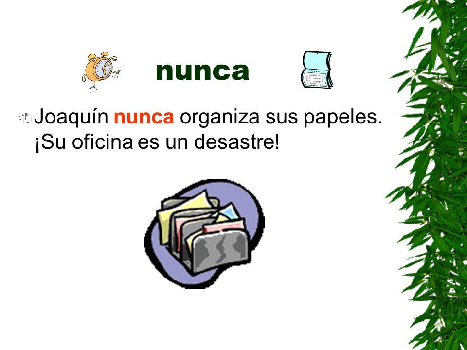 nunca Joaquín nunca organiza sus papeles. ¡Su oficina es un desastre!