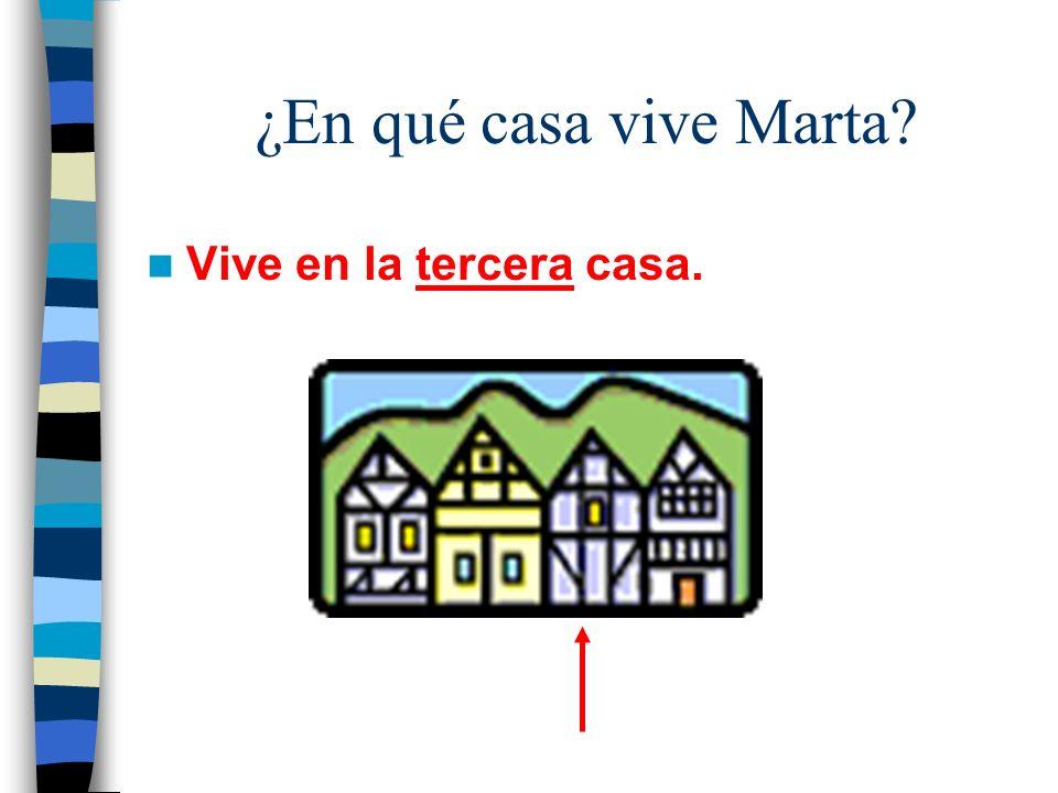 ¿En qué casa vive Marta Vive en la tercera casa.