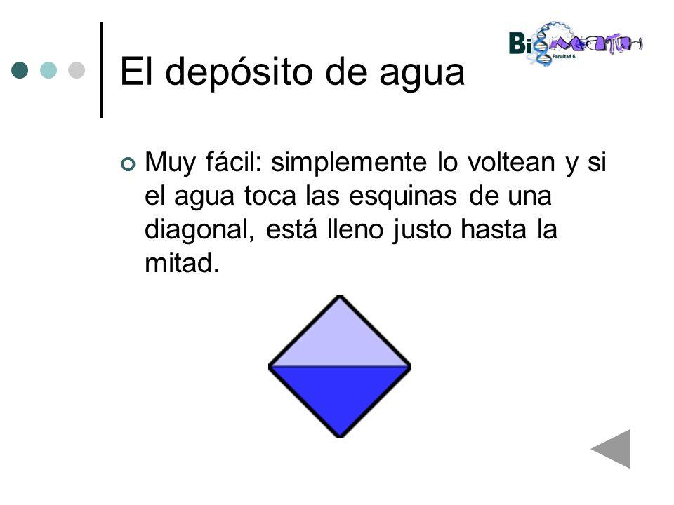 El depósito de aguaMuy fácil: simplemente lo voltean y si el agua toca las esquinas de una diagonal, está lleno justo hasta la mitad.