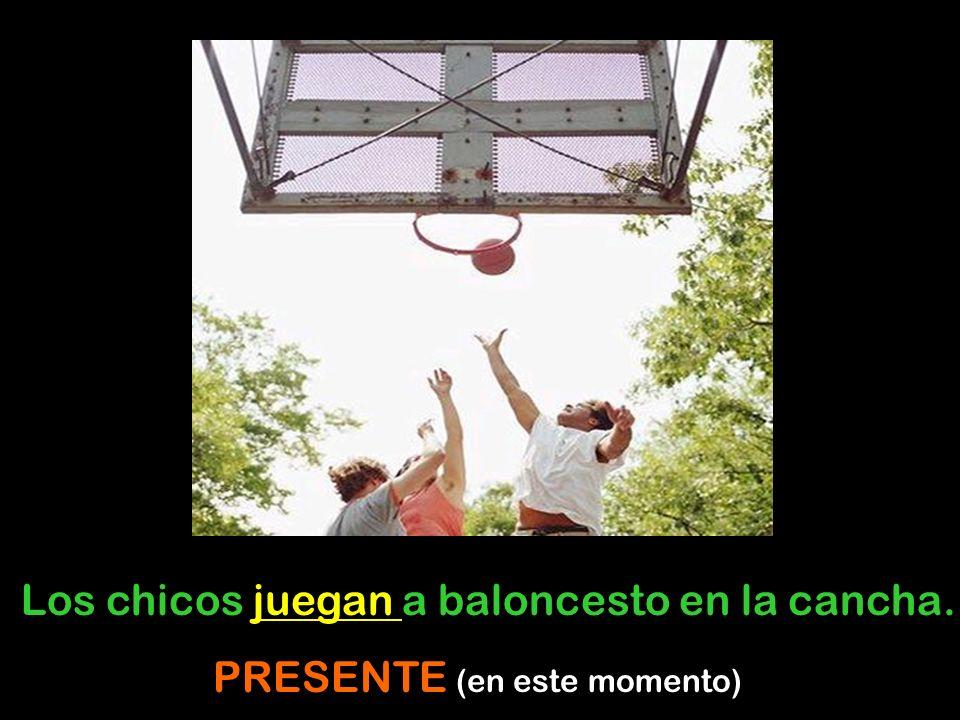 Los chicos juegan a baloncesto en la cancha.