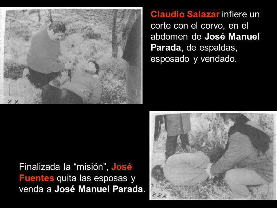Claudio Salazar infiere un corte con el corvo, en el abdomen de José Manuel Parada, de espaldas, esposado y vendado.