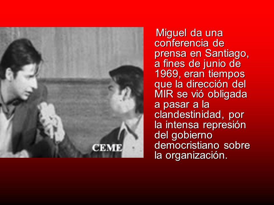 Miguel da una conferencia de prensa en Santiago, a fines de junio de 1969, eran tiempos que la dirección del MIR se vió obligada a pasar a la clandestinidad, por la intensa represión del gobierno democristiano sobre la organización.