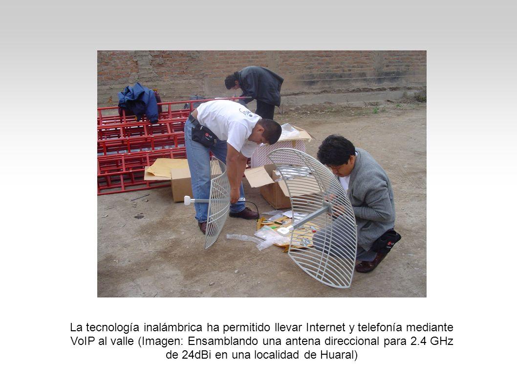 La tecnología inalámbrica ha permitido llevar Internet y telefonía mediante VoIP al valle (Imagen: Ensamblando una antena direccional para 2.4 GHz de 24dBi en una localidad de Huaral)