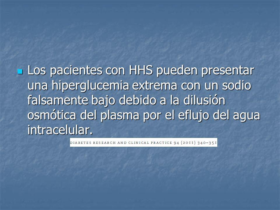 Los pacientes con HHS pueden presentar una hiperglucemia extrema con un sodio falsamente bajo debido a la dilusión osmótica del plasma por el eflujo del agua intracelular.