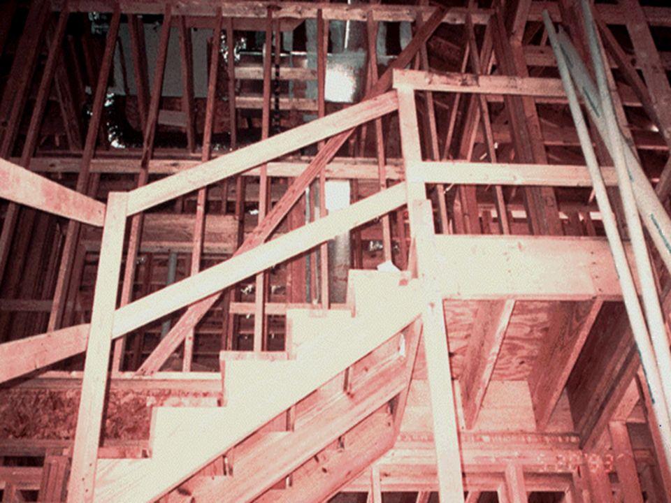 Escaleras con los lados abiertos correctamente protegidos.