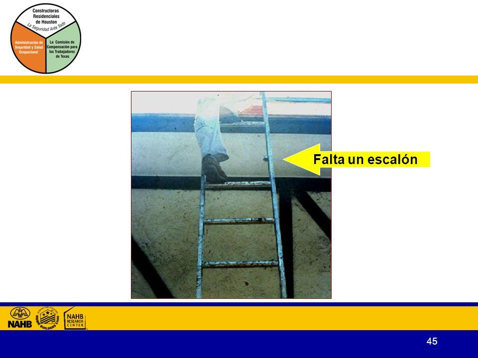 Falta un escalón Peldaños, listones, y escalones tienen que ser paralelos, nivelados, y distribuidos uniformemente cuando esté en uso la escalera.