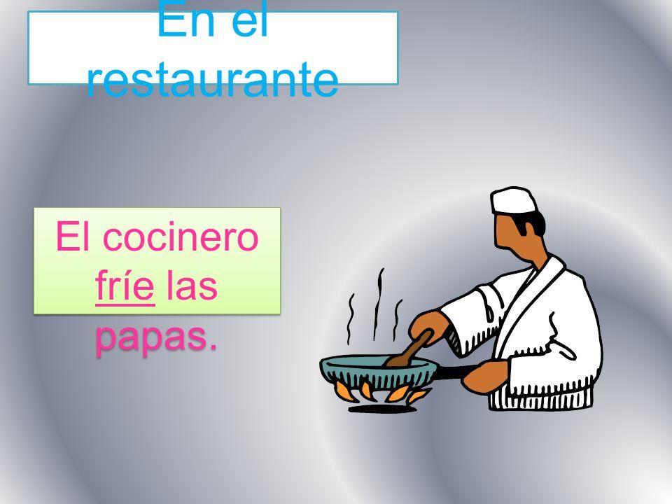El cocinero fríe las papas.