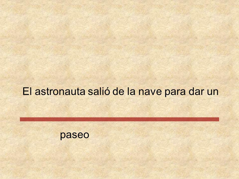 El astronauta salió de la nave para dar un